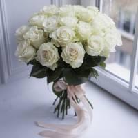 Букет 25 белых роз с лентами R026