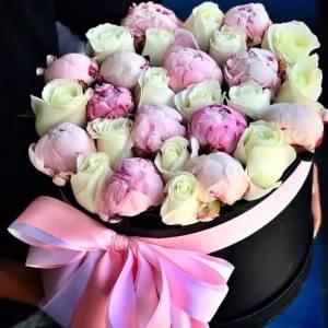 Коробка с лентами, пионы и белые розы R797