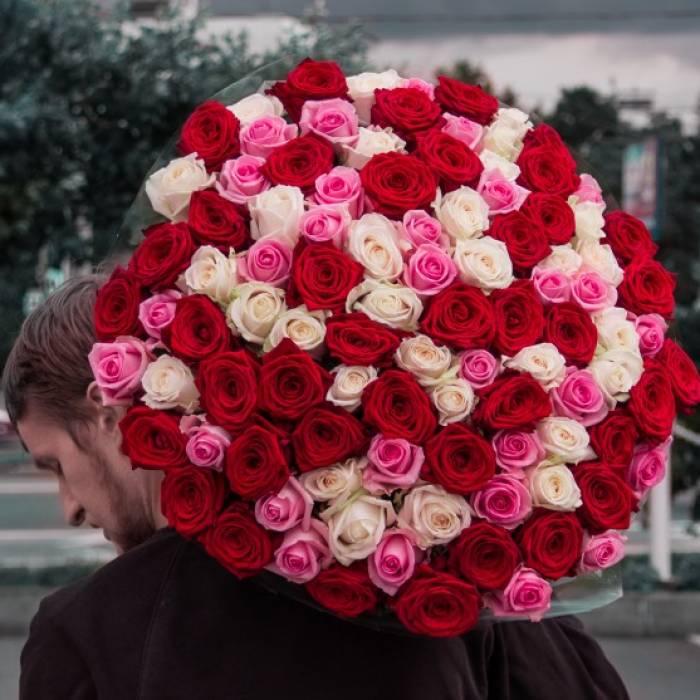 101 разноцветная роза с упаковкой R029