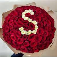 Красные и белые розы с буквой R010