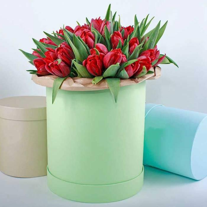 39 красных тюльпанов в коробке R013