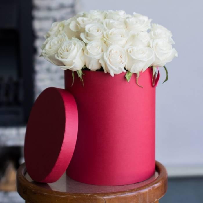 19 белых роз в коробке R028