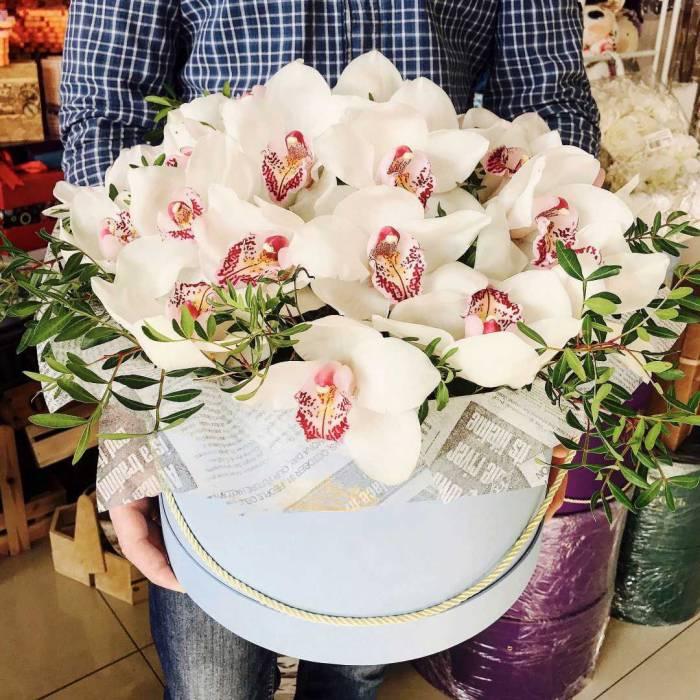 15 крупных белых орхидей в коробке R017