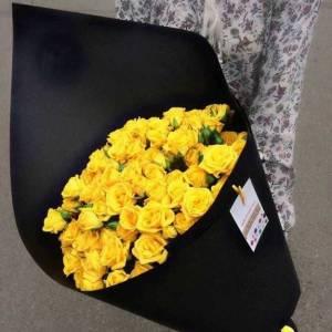 9 веток кустовой желтой розы в крафте R674